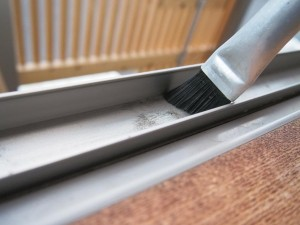 ブラシの平野ブラシは本来は目地ブラシ。でもこの角度がサッシにぴたり。目地にも使っている。