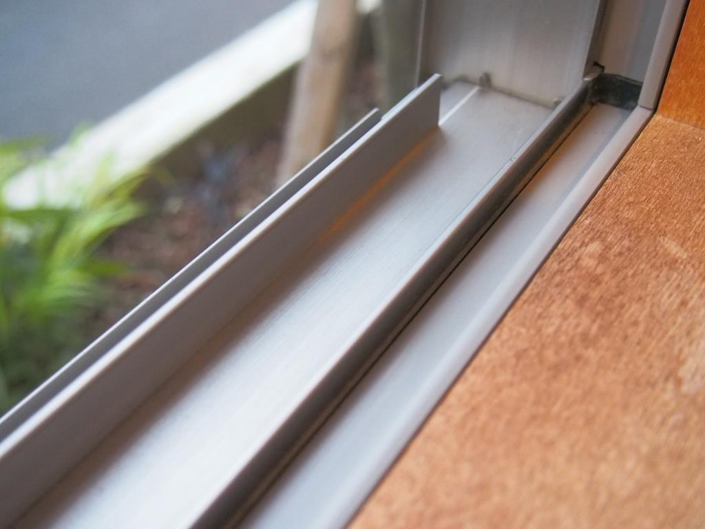 ブラシだけでここまできれいに。このあと窓の拭き掃除です。