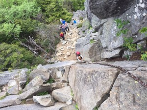 山頂直下の岩場にチャレンジしているところ。吉野さんが撮ってくれた。